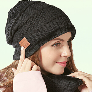 Fleeced black beanie with built-in headphones